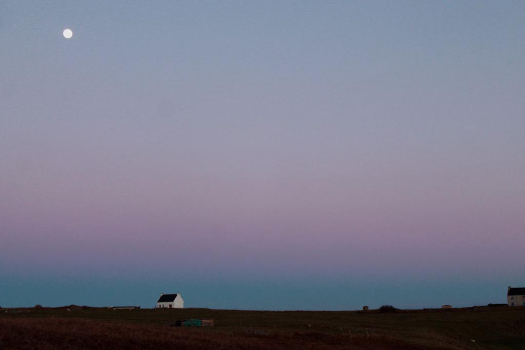Nachhaltig reisen – ein Masterplan – Einsames bretonisches Haus unterm Abendhimmel