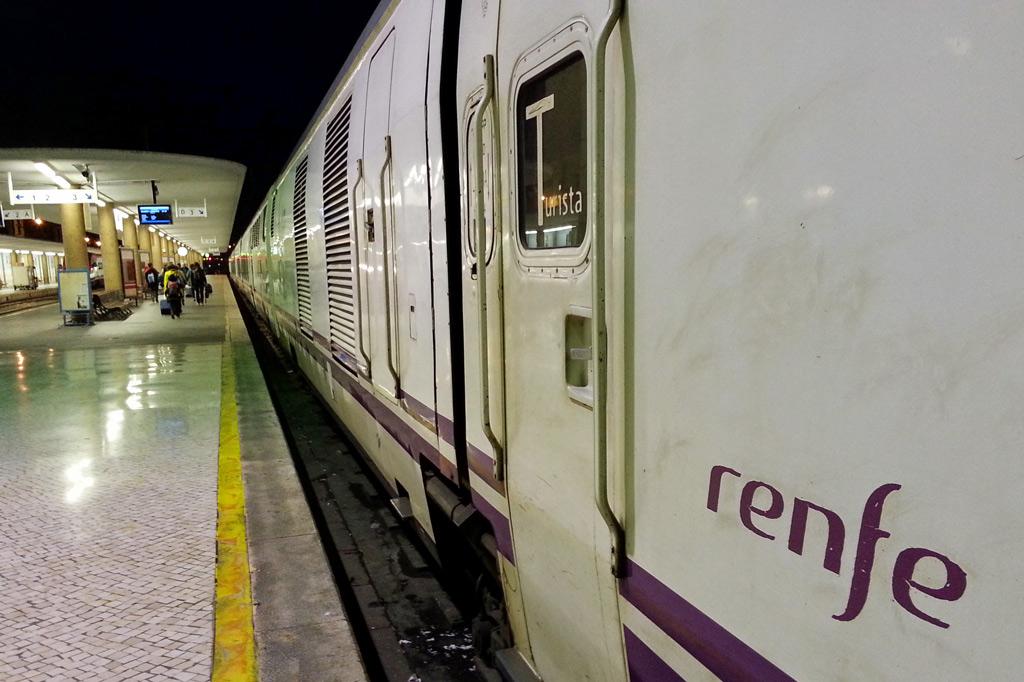 Nachhaltig reisen – ein Masterplan – Der Nachtzug von Lissabon steht abfahrbereit im Bahnhof.