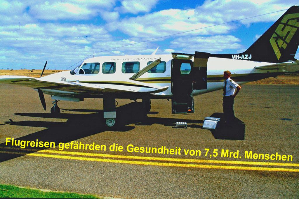 """Nachhaltig reisen – ein Masterplan – Bild einer abflugbereiten Cessna mit der Aufschrift """"Flugreisen gefährden die Gesundheit von 7,5 Mrd. Menschen"""""""