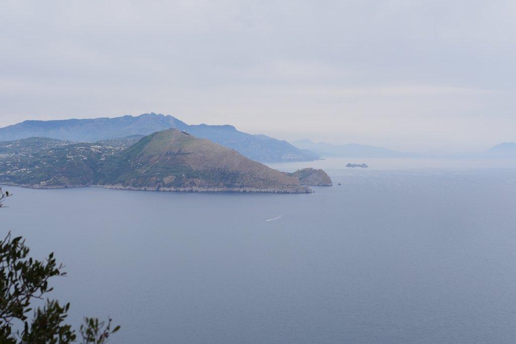 Die Halbinsel von Sorrent von Capri aus gesehen.