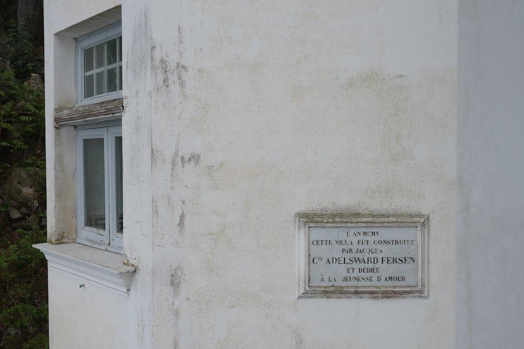 Bauinschrift auf einer Marmortafel an der Villa Lysis in Capri.