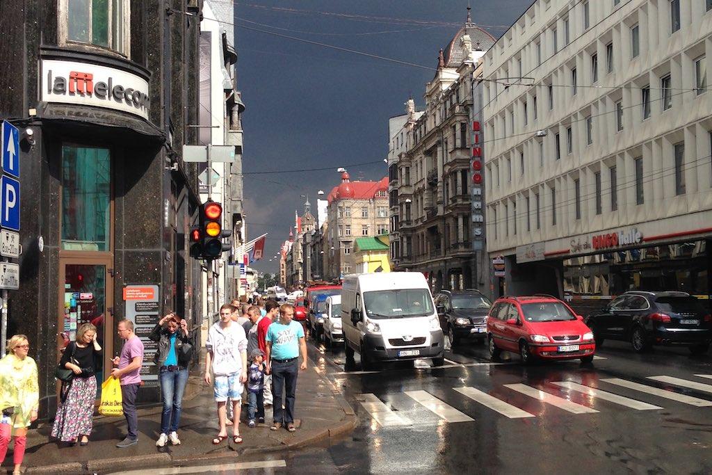 Eine nass geregnete Straße in Riga