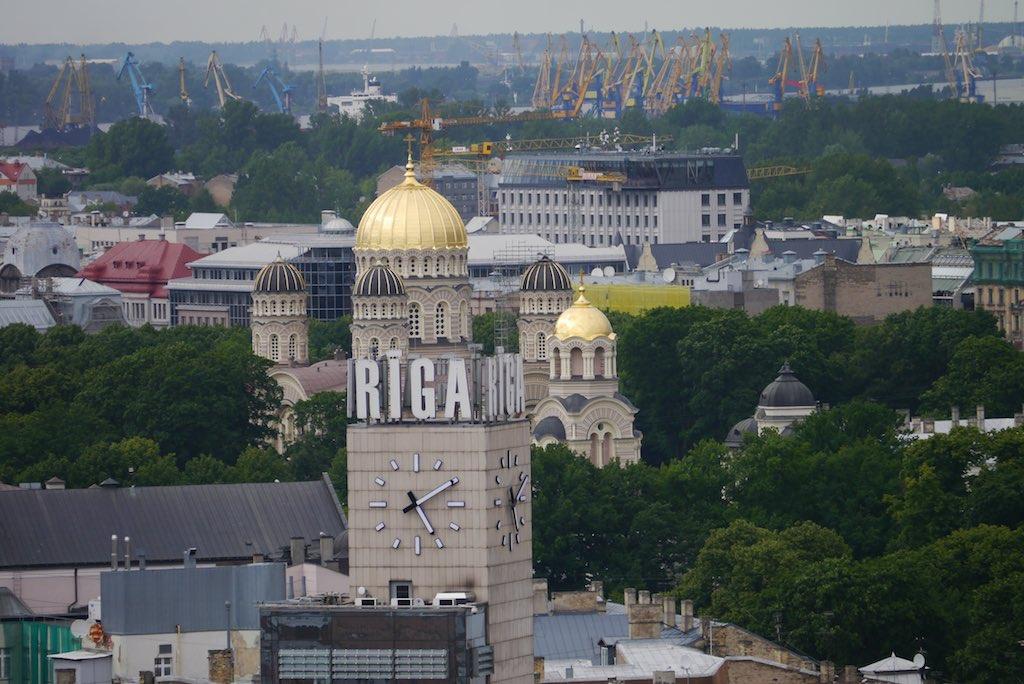 Turm des Bahnshofs mit der Leuchtschrift.