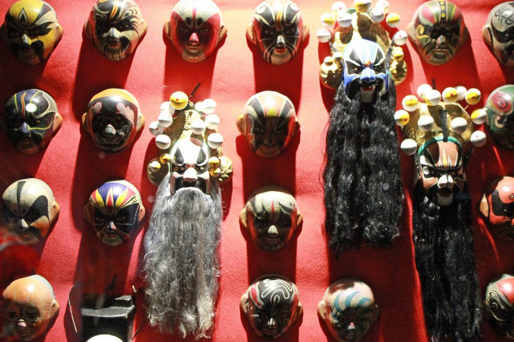 Museu do Oriente: Kulturaustausch in Lissabon: Make-up-Modelle für bemalte Gesichter der Chinesischen Oper
