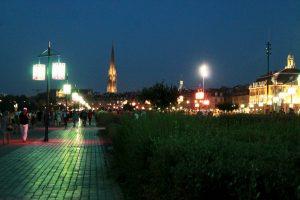 Abendstimmung an der Flusspromenade von Bordeaux – Bordeaux im Sommer: Am Fluss spielt die Musik