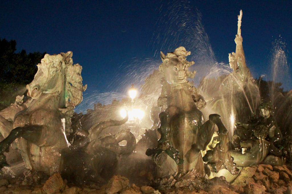 Herrlich kühl und hochdramatisch: Brunnenfiguren am Monument aux Girondins ALT Sich aufbäumende Pferde als Brunnenfiguren am Monument aux Girandons – Bordeaux im Sommer: Am Fluss spielt die Musik
