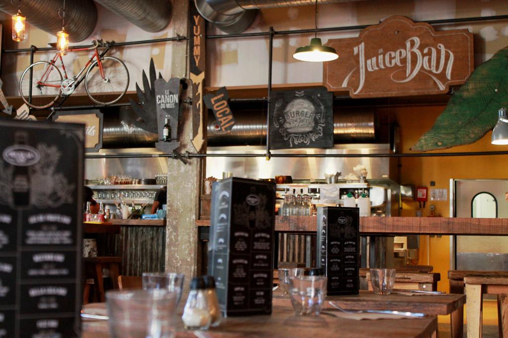 Eine Bar im Fabrik-Look mit Beton, Lüftungsrohren und viel Deko – Bordeaux im Sommer: Am Fluss spielt die Musik