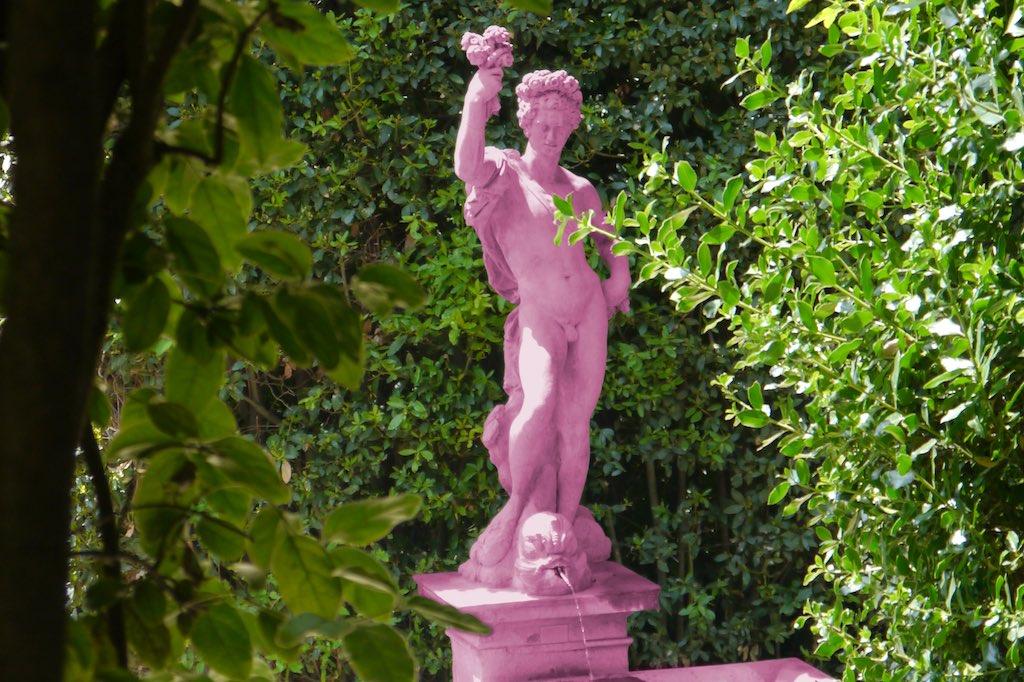 Das Bild zeigt die Skulptur eines jungen Mannes , der mitten in einer grünen Hecke steht. Ein echter Florenz Tipp: Spaziergang durch die Parks der Stadt. Denn hier gibt es viel zu entdecken.