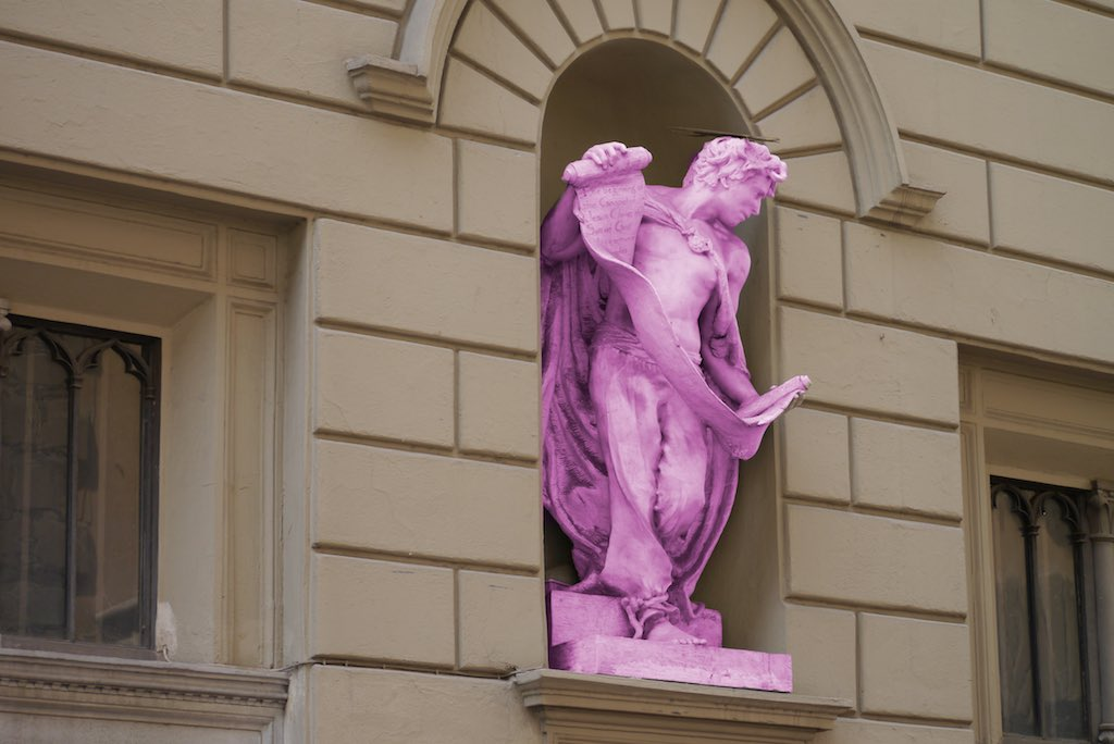 Eine Skulptur Johannes des Täufers in einer Wandnische.