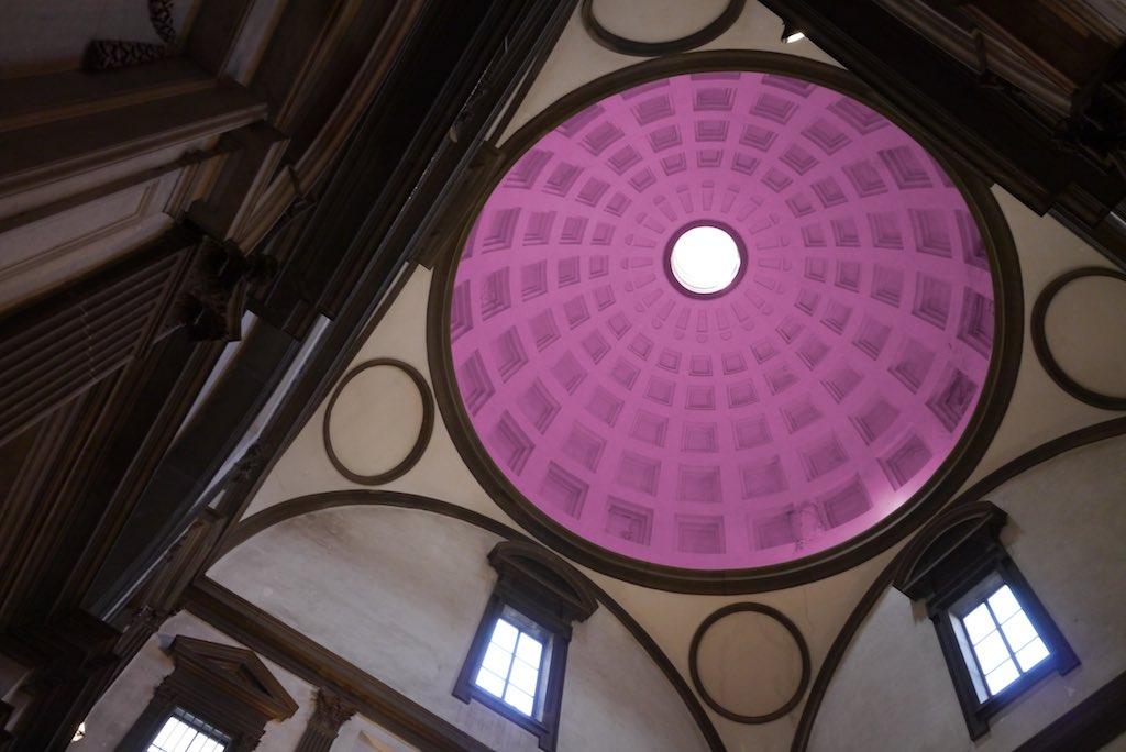 Blick in die Kuppel von Michelangelo. Das Bild zeigt in einer Froschperspektive den Blick in einen turmartigen Bau. Der Raum hat einen quadratischen Grundriss. Über dem Quadrat erhebt sich eine Kuppel.
