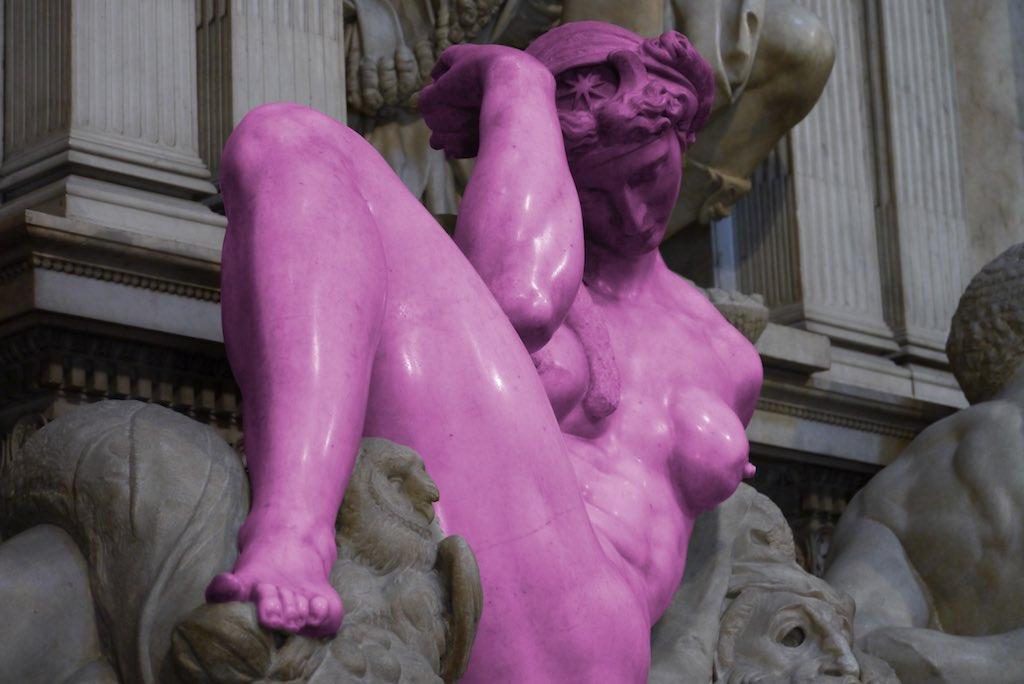 Eine verdreht liegende kräftige Frauenfigur von Michelangelo.