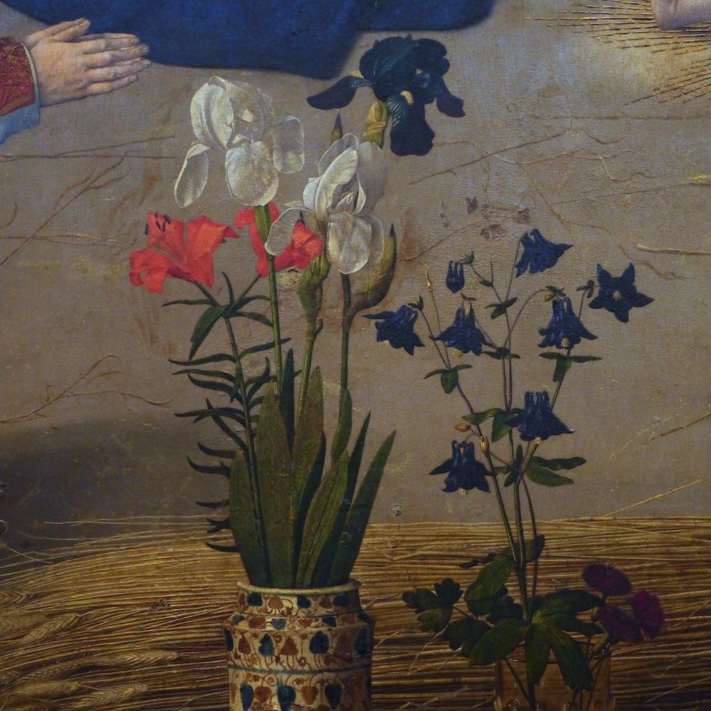 Bunte Blumen in zwei Vasen.