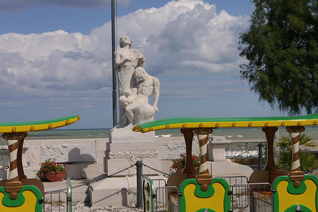 Kriegerdenkmal im Stadtpark von Trani.