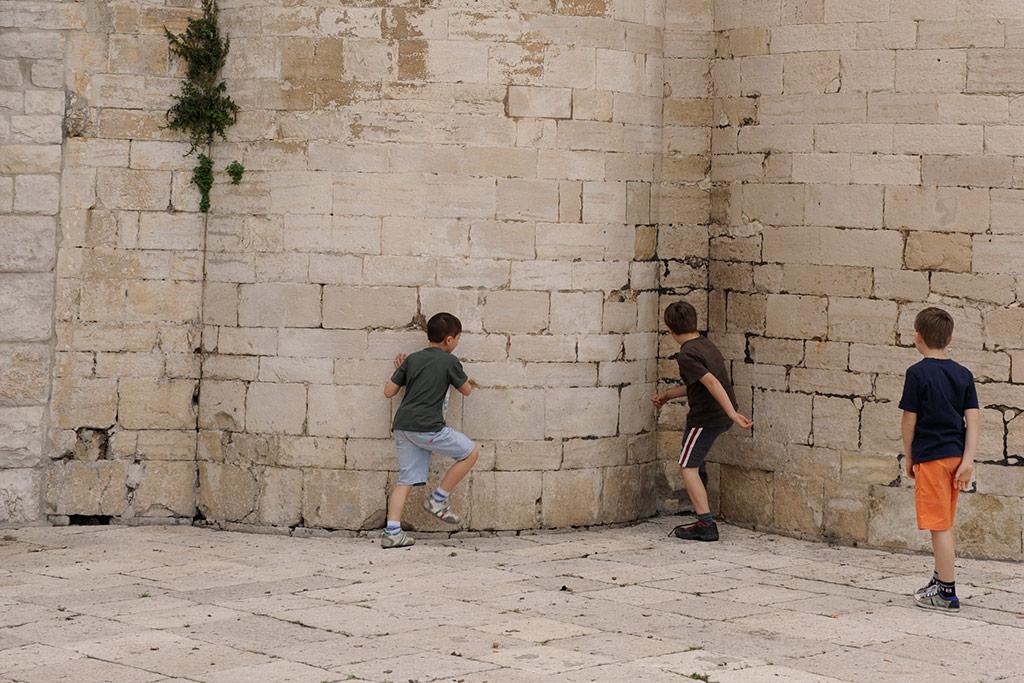 Kinder spielen auf einer Piazza in Trani.