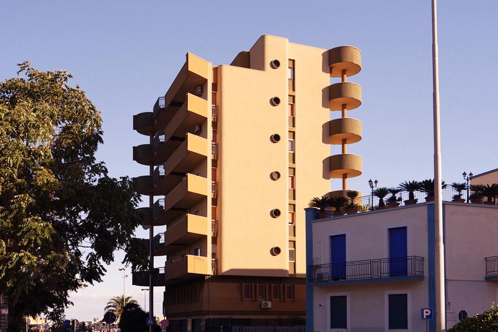 Modernes Gebäude am Stadtausgang.