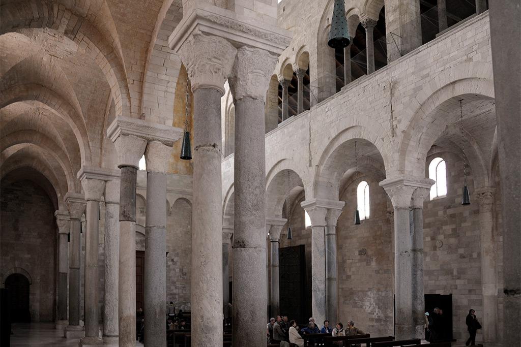 Blick in das Mittelschiff der Kathedrale von Trani. Doppelte Säulenreihen tragen die Bögen der Mittelschiffakade.