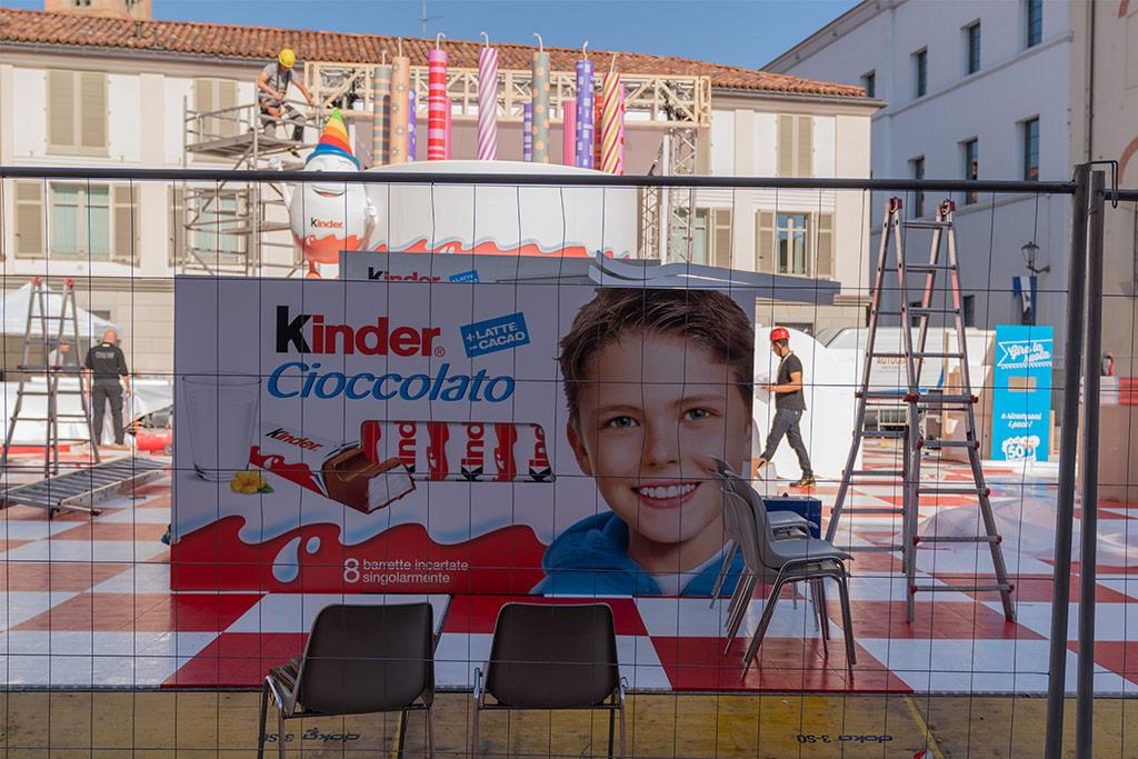 Ein große Schachtel Kinderschokolade auf einem Platz in Alba.