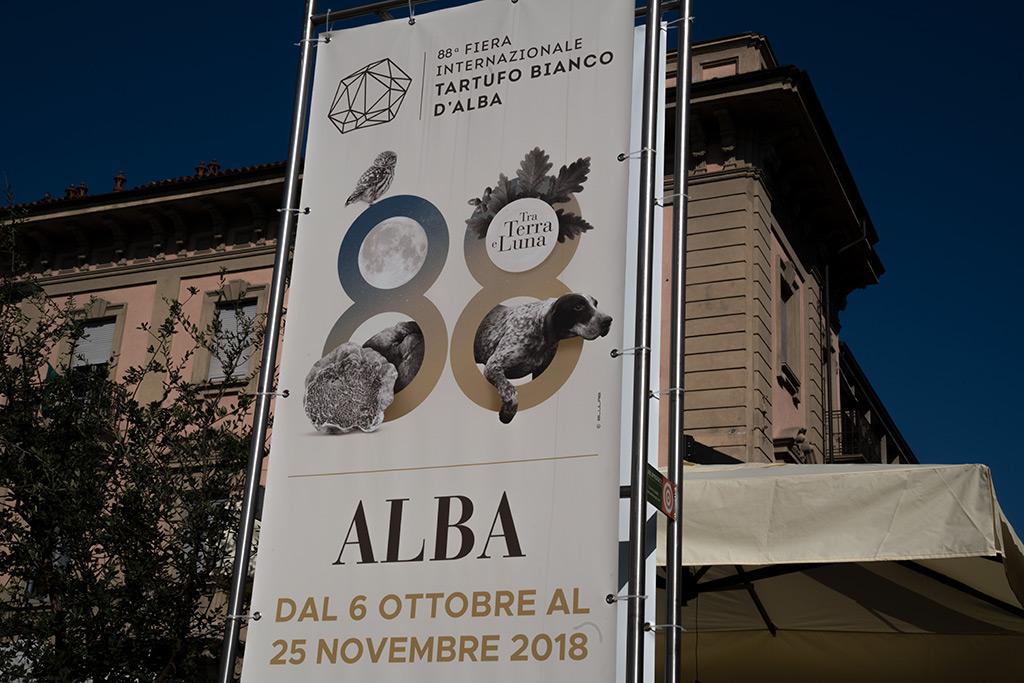Ein weißes Transparent mit der italienischen Aufschrift Trüffelmarkt Alba vom 6. Oktober bis zum 25. November 2018.