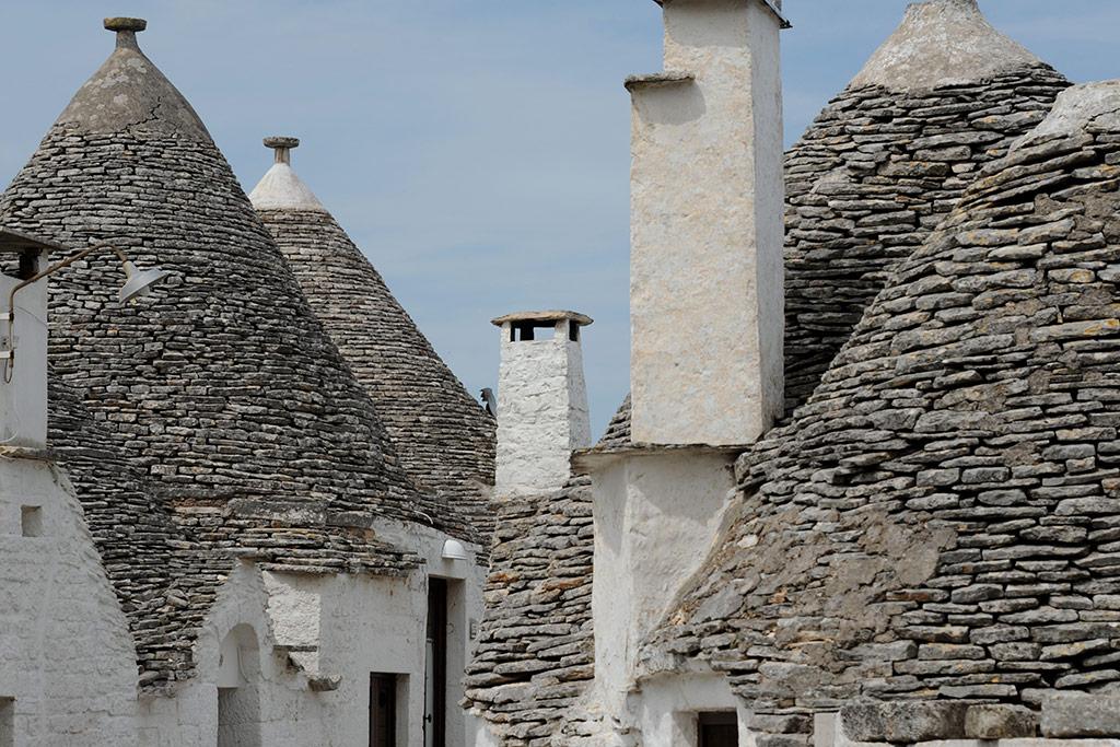 Ziegel und Schornsteine von Trulli in Apulien.