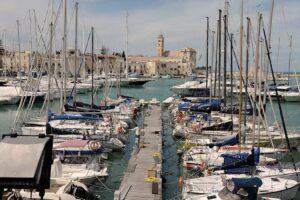 Blick über den Hafen von Trani in Apulien