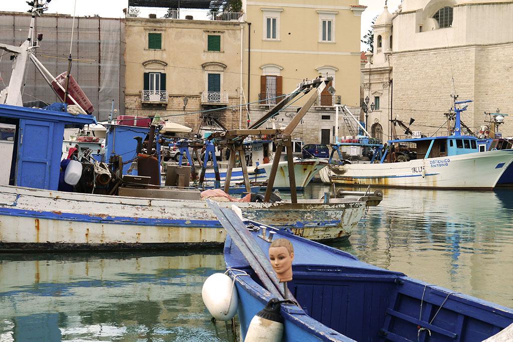 Fischerboote einem apulischen Hafen.