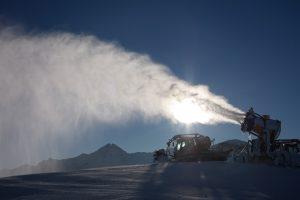 Schneekanone im Einsatz - Wintersport in den Alpen: Schnee 4.0 vs. Klimawandel
