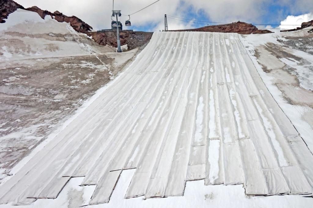 Wintersport in den Alpen: Schnee 4.0 vs. Klimawandel – Mit Folien gegen die Sonneneinstrahlung abgedeckter Teil des Tiefenbachferners in den Ötztaler Alpen