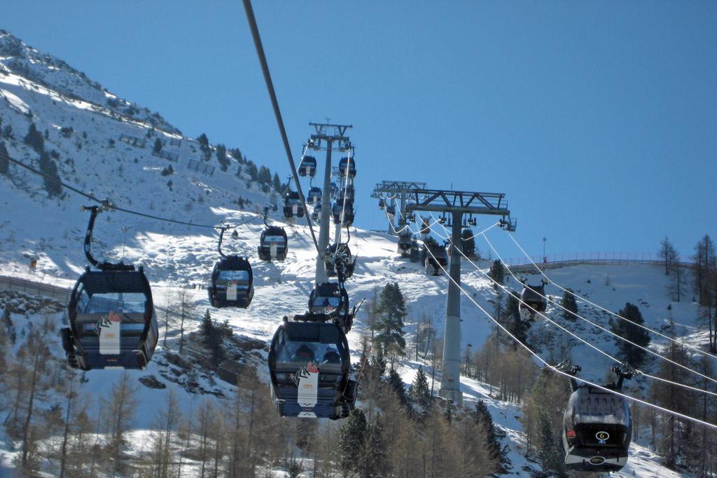Kabinen der Fimbabahn (links) und der Silvrettabahn (rechts) in Ischgl – Wintersport in den Alpen: Schnee 4.0 vs. Klimawandel