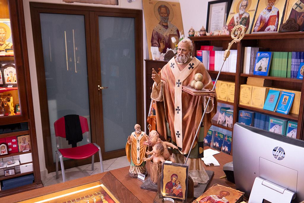 Bilder, Skulpturen, Bücher mit dem Antlitz des Heiligen Nikolaus.