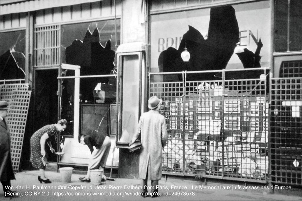 """Berlin Tiergarten, Potsdamer Straße 26, 10. November 1938: Aufräumen nach den Zerstörungen durch das Pogrom in der Nacht zuvor. Links im Bild Martha Jacobowitz, ermordet 9. Mai 1942 im KZ Kulmhof. Aus: Ein Flüchtling in Deutschland – """"Der Reisende"""" von U. A. Boschwitz"""