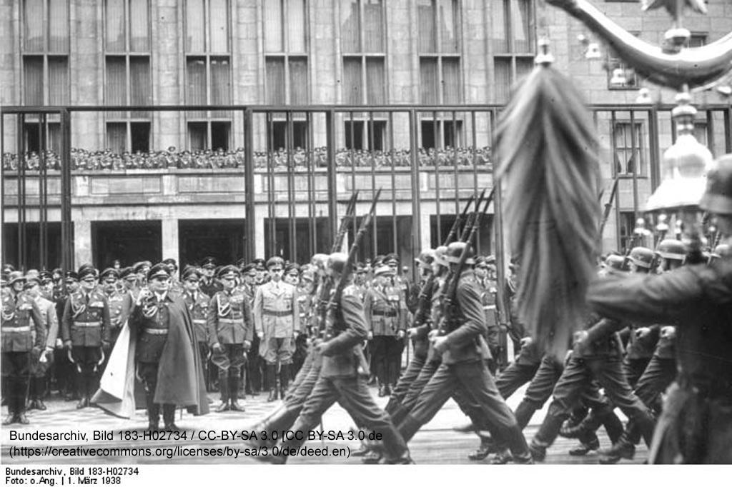 """Tag der Luftwaffe 1.3.38: Parade der Ehrenabteilung der Luftwaffe vor dem Oberbefehlshaber der Luftwaffe, Generalfeldmarschall Göring, in der Wilhelmstraße. Ein Flüchtling in Deutschland – """"Der Reisende"""" von U. A. Boschwitz"""