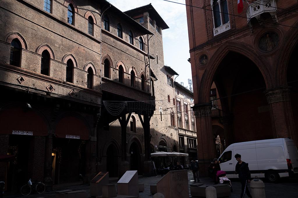 Gebäude aus rotem Backstein mit Spitzbogenfenster an einem dreieckigen Platz.