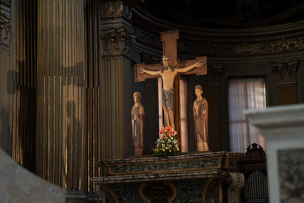 Christus steht am Kreuz, neben ihm auf der linken Seite die Mutter Maria auf der rechten Seite der Jünger Johannes.