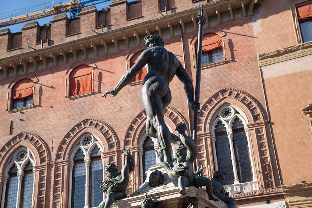Das Wahrzeichen von Bologna ist der nackte Meeresgott Neptun aus Bronze. Er steht auf einem hohen Sockel in einer komplizierten Haltung. In einer Hand hält er seinen Dreizack.