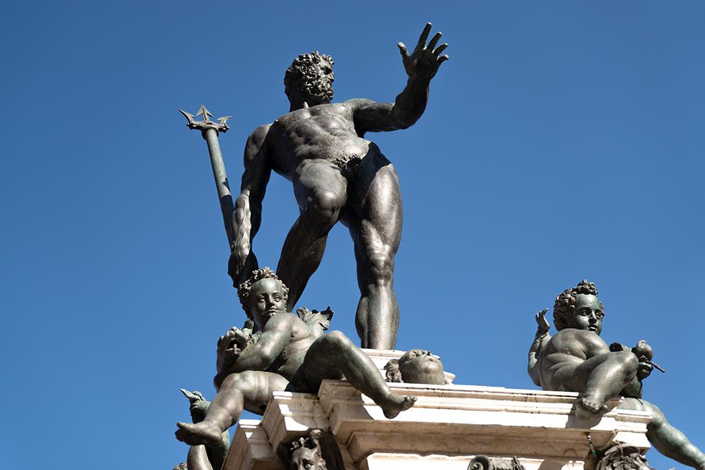 Vorderansicht des Neptun von Giambologna. Zu Neptuns Füßen hocken zwei Puten.