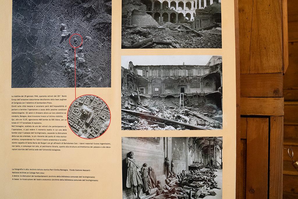 Schautafel mit Fotos aus der Zeit des 2. Weltkrieges. Sie zeigen eine Luftaufnahme von Bologna und das zerstörte Gebäude der Universität.