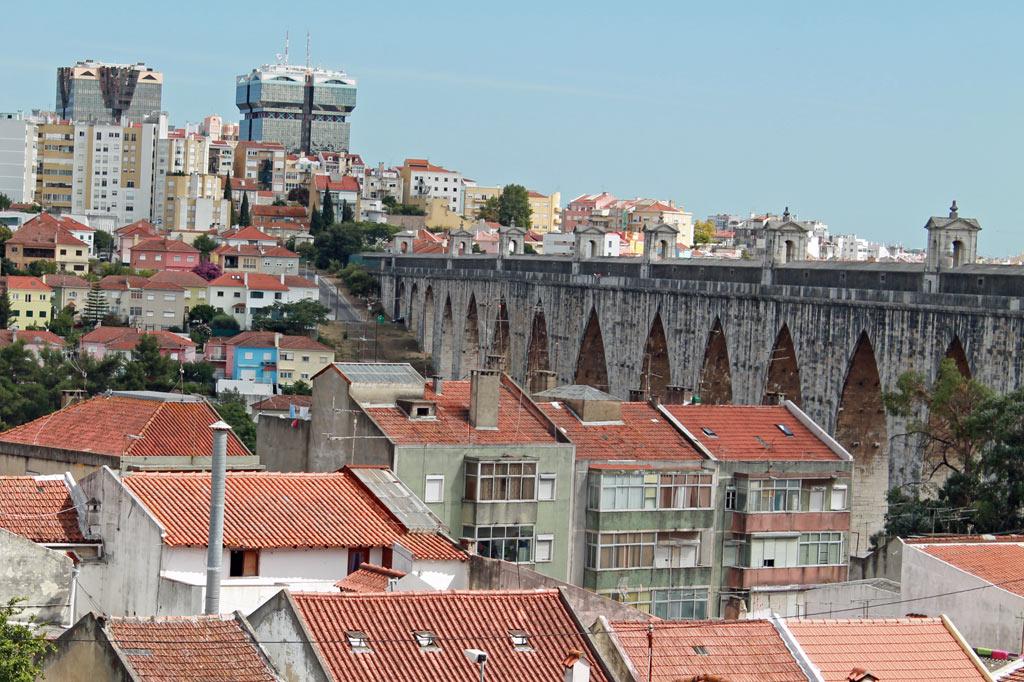 Vorne rechts der Aquädukt anno 1748, im Hintergrund zwei der hässlichen Türme der Malls von Amoreiras, aus: Lissabon Tipps: 5 Museen für Deinen Städtetrip