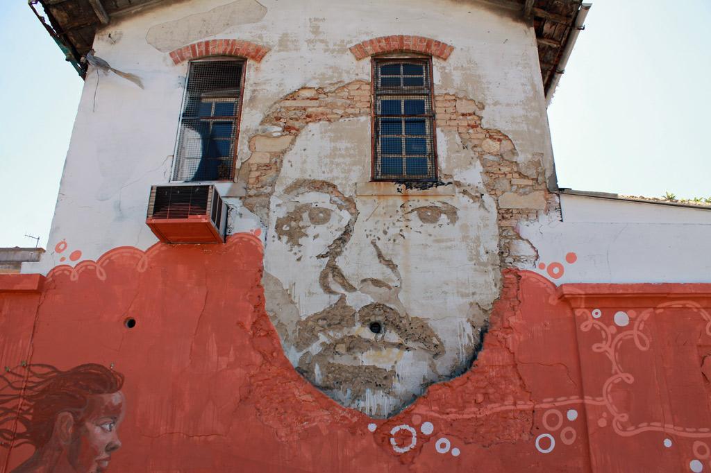 Frühes Graffito des portugiesischen Street-Art-Aktivisten Vhils, aus: Lissabon Tipps: 5 Museen für Deinen Städtetrip