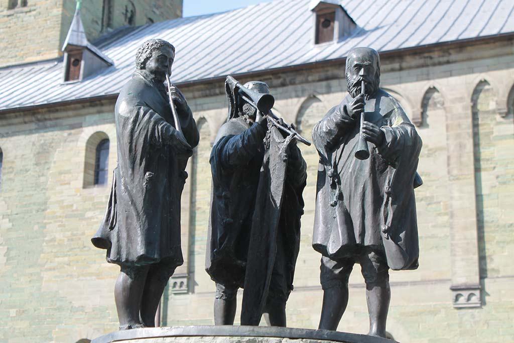 """Musikanten-Skulptur vor St. Petri, der """"Alden Kerke"""", der ältesten Kirchengründung Westfalens, aus: Stadtspaziergang: Soest im Frühling"""
