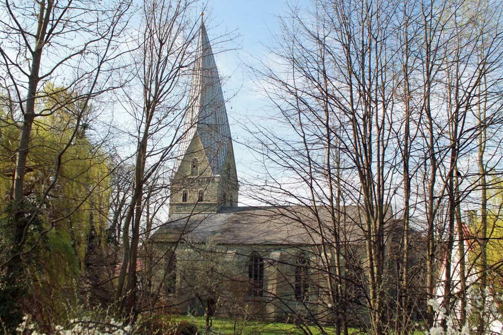 Die schiefe Turmspitze von Alt St. Thomä entstand durch Fäulnis im Gebälk, aus: Stadtspaziergang: Soest im Frühling