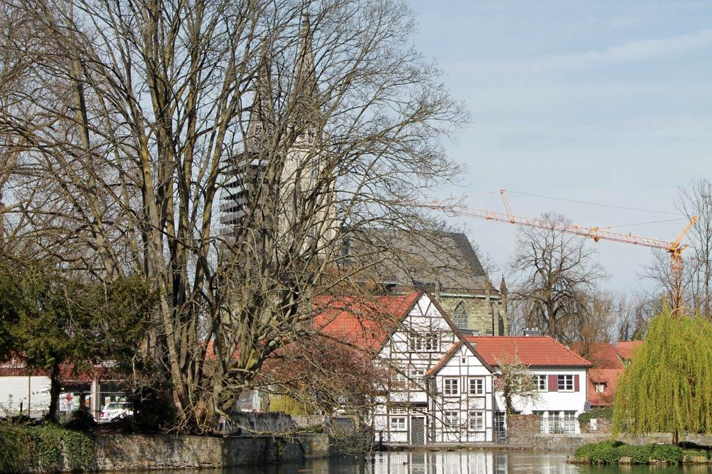 Ansicht des Großen Teichs mit dem Fachwerkbau der Teichsmühle und der spätgotischen Hallenkirche St. Maria zur Wiese im Hintergrund, aus: Stadtspaziergang: Soest im Frühling