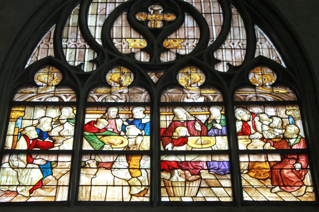 """Ein Fensterbild in St. Maria zur Wiese zeigt Jesus und die Jünger beim """"Westfälischen Abendmahl"""": Es gibt Bier statt Wein, auf dem Tisch liegen große Schinkenstücke und in einem Brotkorb neben hellem auch dunkles Brot, aus: Stadtspaziergang: Soest im Frühling"""