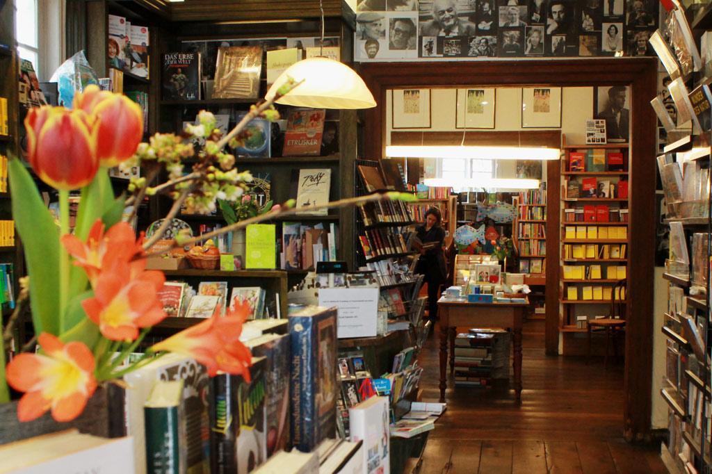 Dunkle, warme Holztöne – von den Dielen bis zu den Türrahmen – bestimmen das Interieur der gemütlichen Ritterschen Buchhandlung, aus: Stadtspaziergang: Soest im Frühling