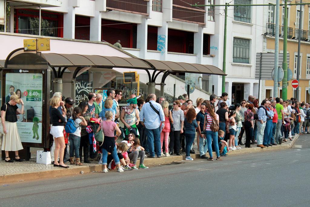 Overtourism im Alltag: Schlange an der Straßenbahnhaltestelle Martim Moniz