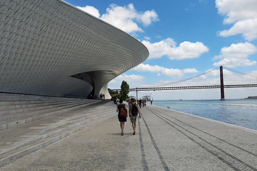 Die geschwungene Fassade des Architekturmuseums MAAT direkt am Tejo-Ufer