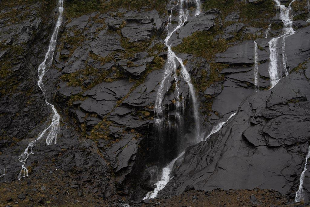 Kleine Wasserfälle auf der Fahrt zum Milford Sound.