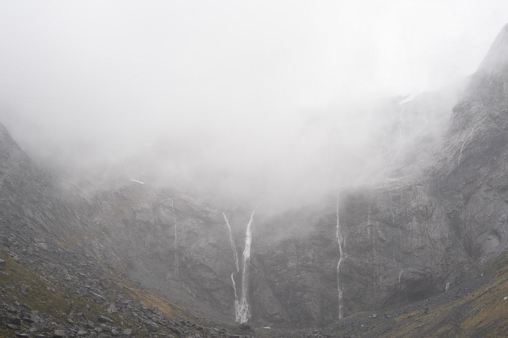 Berge im Fiordland Nationalpark auf der Fahrt zum Milford Sound.