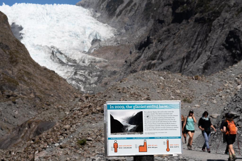 Hinweistafel an der Stelle, an der der Franz Josef Gletscher 2009 endete.