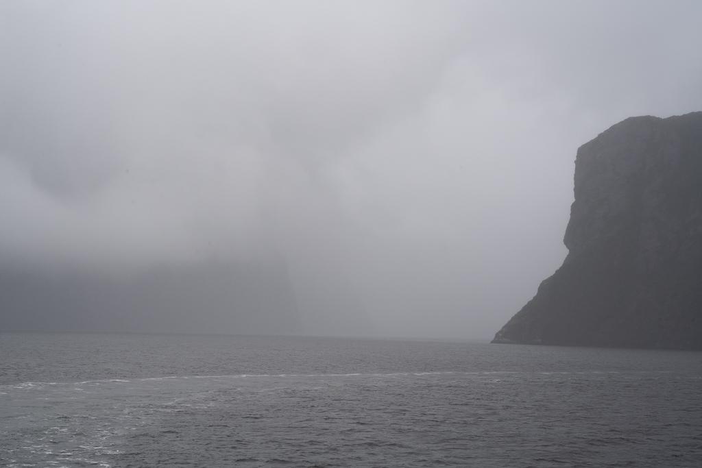 Fahrt auf dem Milford Sound während eines Regenschauers.