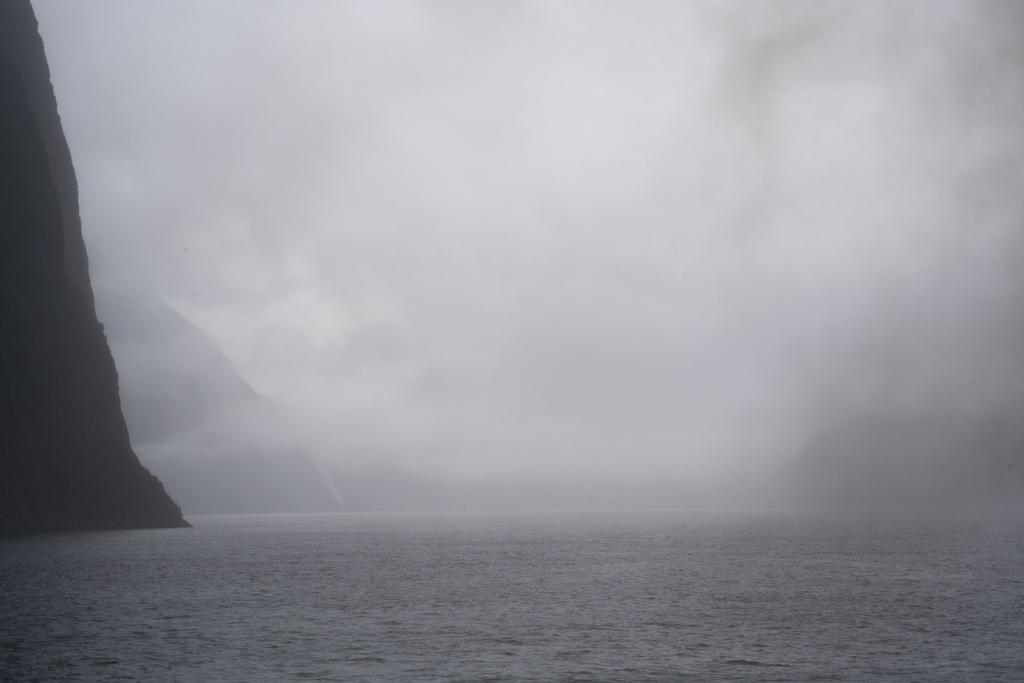 Wolkenbildung über dem Wasser.